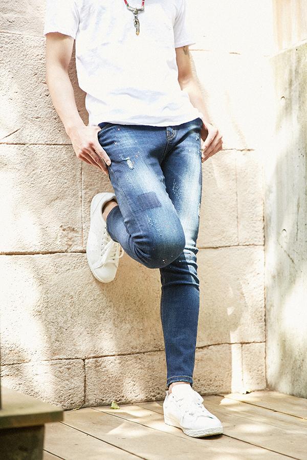 青ジーンズを履いている男性
